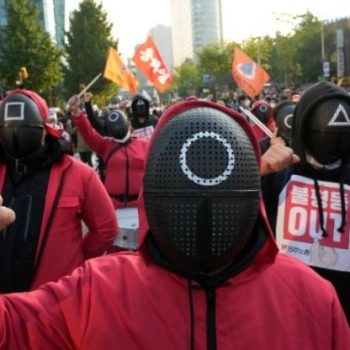 """Corea del Sur: medio millón de trabajadores pararon y miles se movilizaron/ Vestidos como en """"El juego del calamar"""", los obreros ganan las calles"""